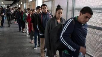 """AMLO culpa a """"polleros"""" por olas de migrantes"""