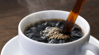 Estudio: tomar más de dos tazas de café o té al día podría provocar cáncer de pulmón