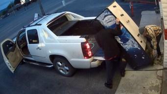 Ladrones descarados roban frente a estación de policía