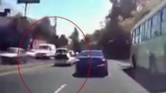 Video: secuestrado abre maletero de auto en movimiento y huye