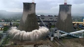 En video: impresionante demolición de planta eléctrica