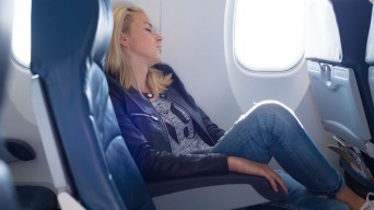 ¿Menos espacio? Analizan distancia de sillas de avión