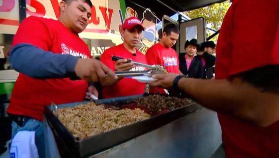 """""""Piolín"""" y Montéz de Durango llevan tacos a trabajadores"""