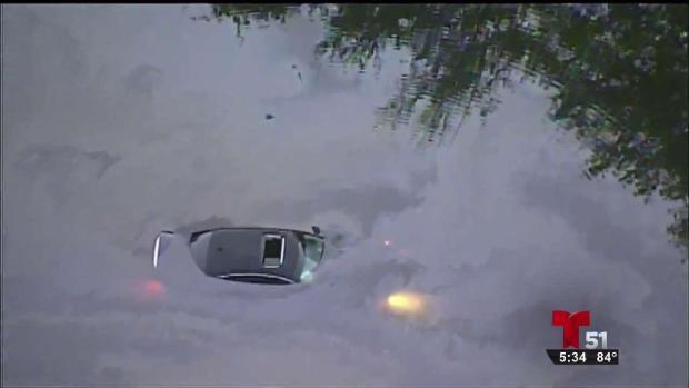 [TLMD - MIA] Auto cae en un lago de Miami-Dade