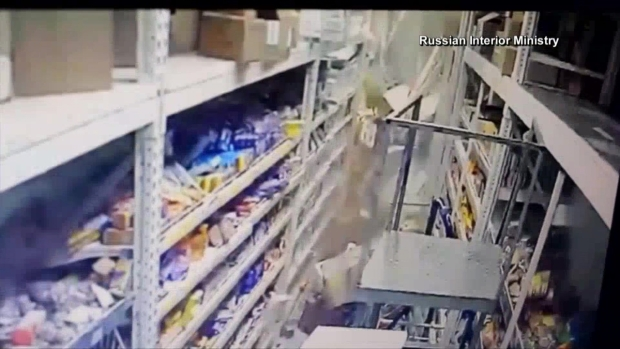 [TLMD - NATL] Camión destroza todo a su paso al incrustarse en supermercado