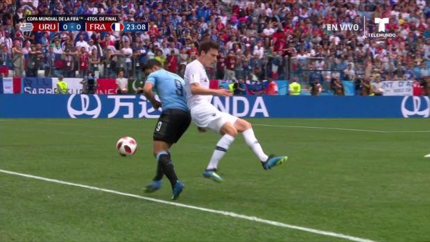 [World Cup 2018 PUBLISHED] ¡Suárez se lleva por delante a Benjamin Pavard!