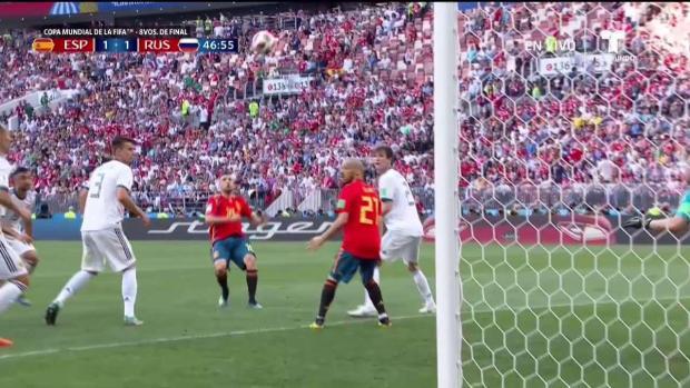 Jordi Alba intenta marcar con la barriga