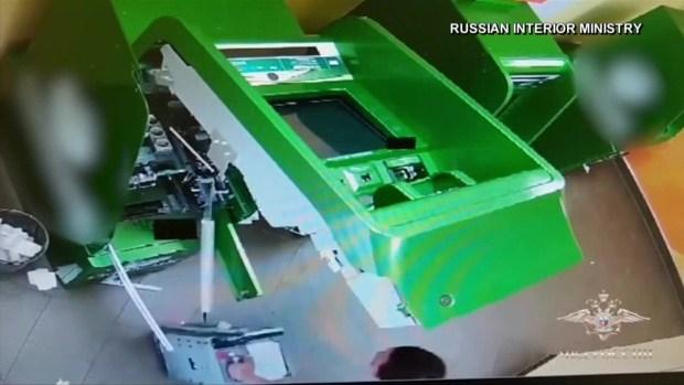 Video: desafortunado ladrón huye con billetes falsos