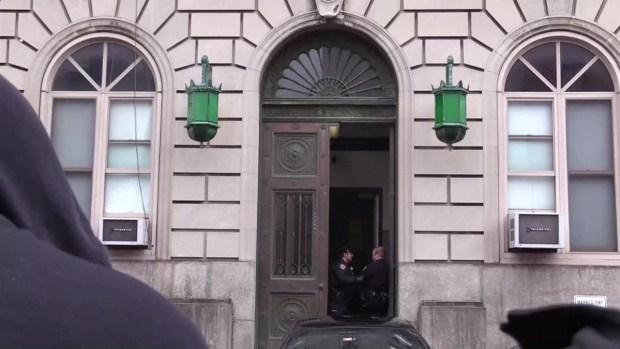 McGregor sale esposado de comandancia tras arresto