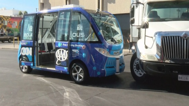 Autobús sin conductor choca con un camión en Las Vegas