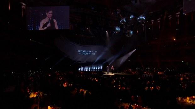 [TLMD - LV] Meghan Markle muestra pancita durante premios