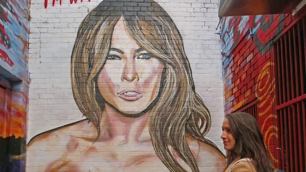 Aparece mural de Melania Trump con senos al aire