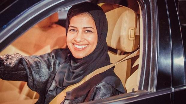 Las mujeres ya manejan por las calles de Arabia Saudita