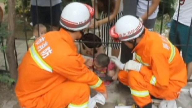 Rescatan a niño atorado en reja de hierro