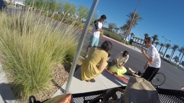 Video: Hombre salva la vida de ciclista inconsciente en Summerlin