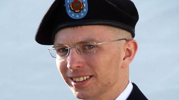 Sale libre exsoldado transgénero acusado de espionaje