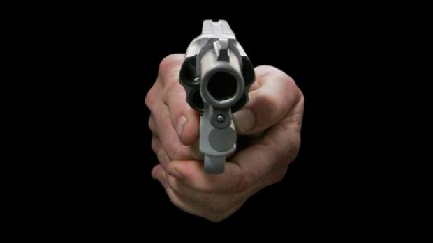 Video: Agente alega golpes y abre fuego
