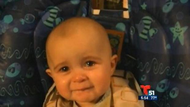 Video: Bebé escucha canción y se emociona