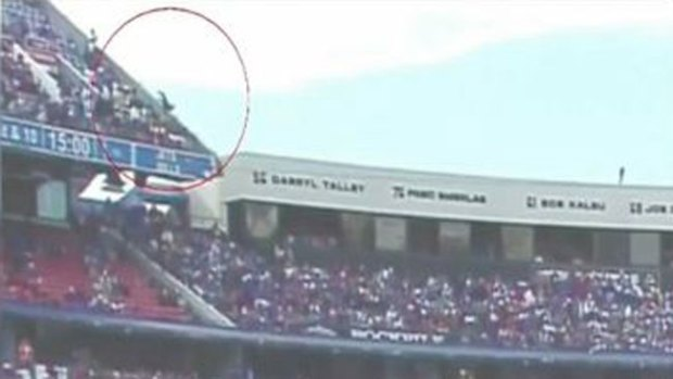 Video: Impacto: cae de las gradas del estadio