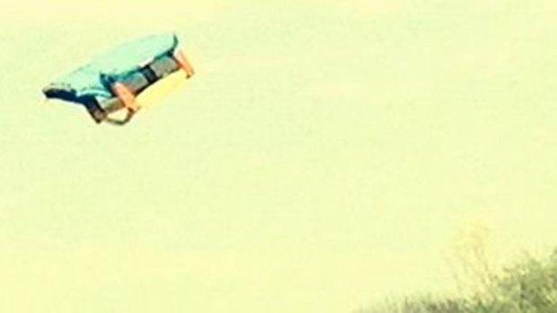 Video: Casa inflable sale volando con tres niños