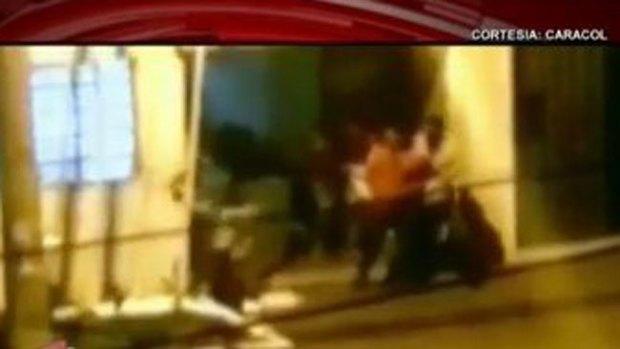 Video: Borrachos, a sillazos contra comisaría