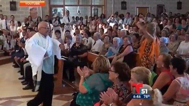 Video: Furor: ¡cura da misa bailando sevillanas!