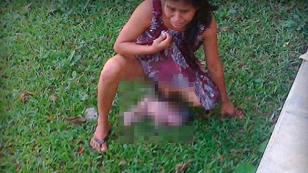 Video: Indignante: mujer da a luz en plena calle