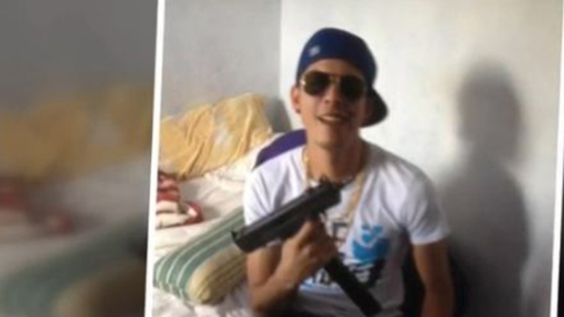 Video: Surgen fotos de Gibrán Martiz con armas