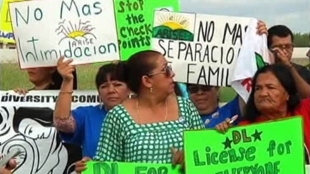Video: Protestan contra retenes en Texas