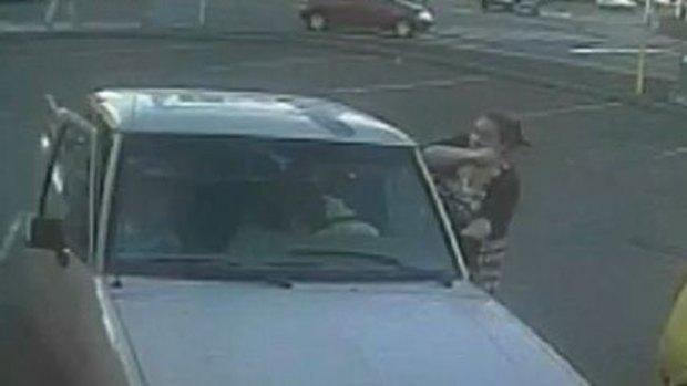 Video: Impacto: Mujer roba dos niñas y un auto