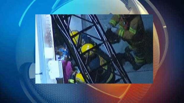 Video: Mujer queda atrapada entre edificios