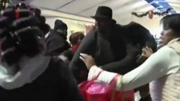Video: Se golpean por tomarse foto con Santa