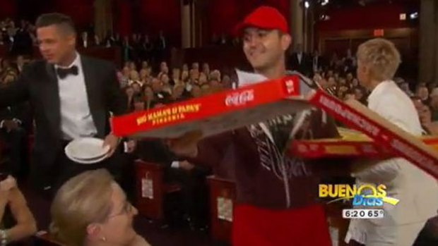 "Video: Gran propina al ""pizzero"" de los Oscar"