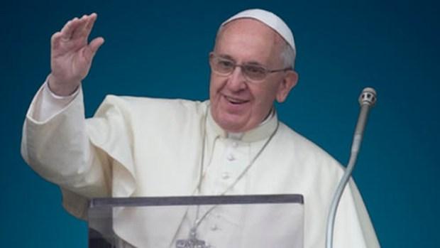 Video: ¡Se le desliza la lengua al Papa!