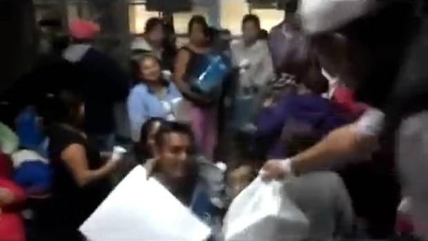 Video: Presuntos narcos dan regalos y dinero