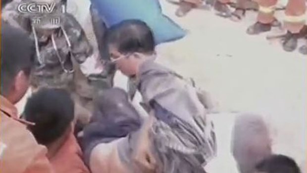 Video: Sacan viva a mujer entre los escombros