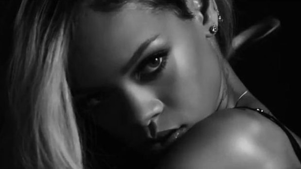 "Video: Rihanna, muy sensual posando ""topless"""