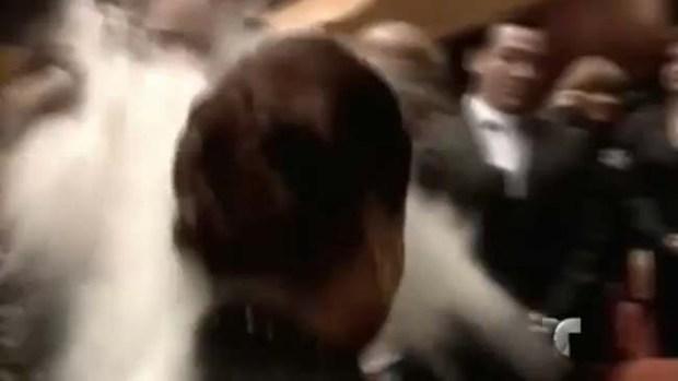 Video: Avientan cal al rostro de vicepresidenta