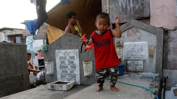 Los cementerios donde los vivos duermen entre los muertos