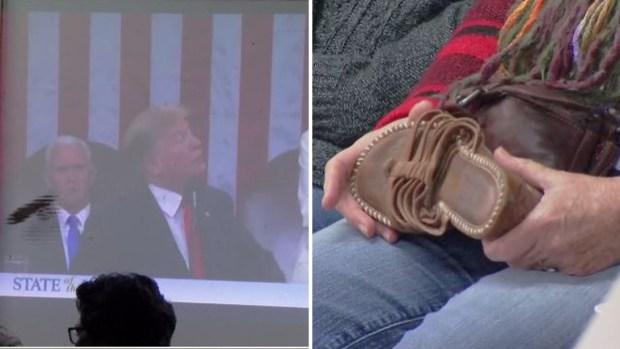 Le tiran zapatazos a Trump durante su discurso