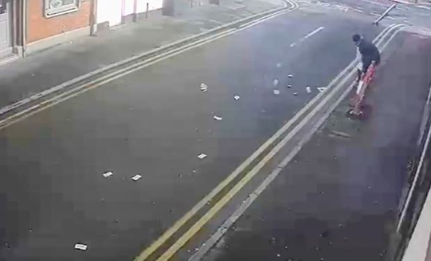 En video: roban dinero y una ráfaga de viento se lo lleva