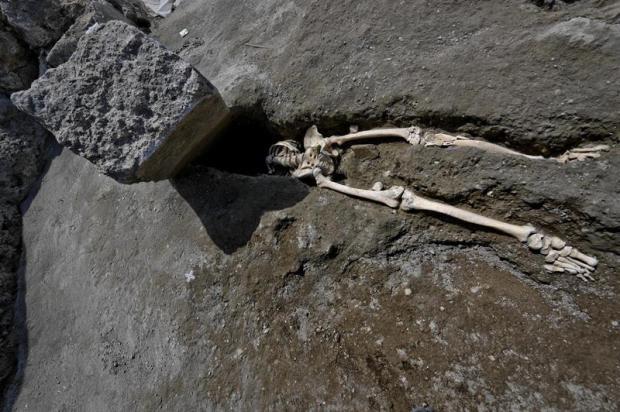[TLMD - LV] Descubren en Pompeya el esqueleto de una víctima de la erupción