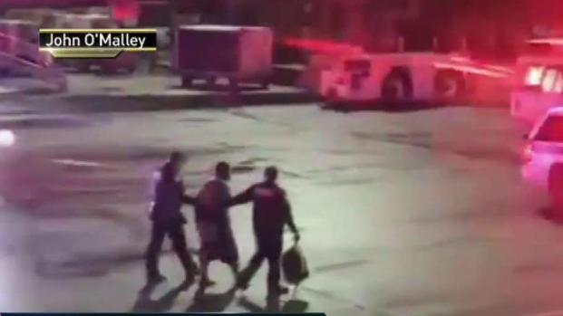 [TLMD - NY] Hombre salió por tobogán de avión en Newark