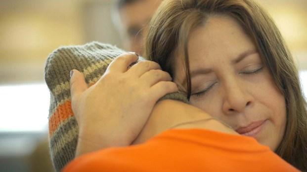 """Quién es la mujer que ha ayudado a más de 2,000 """"huérfanos"""" inmigrantes"""