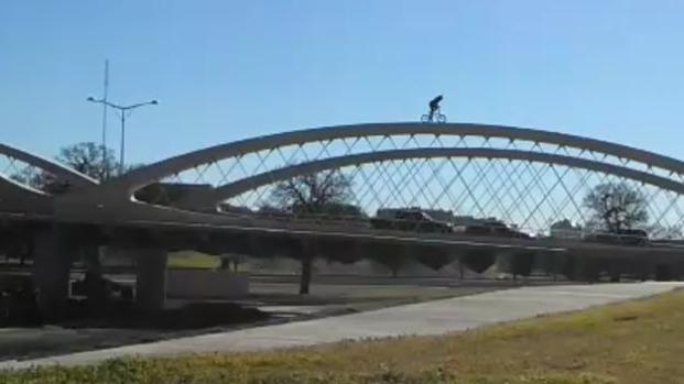 Video: Ciclista desafía la muerte en un puente