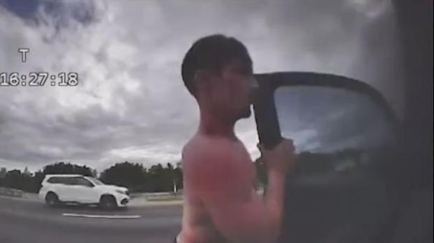 [VIDEO] Captan en video momento que roban patrulla de policía de Florida