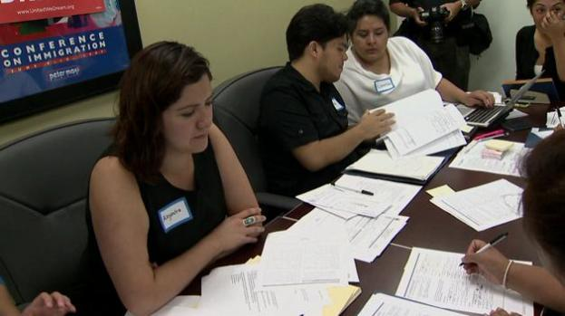 Activistas: Gobierno recauda millones a través de DACA