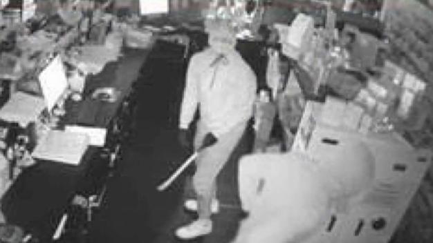 Policía busca a sospechosos que robaron 4 farmacias en una noche