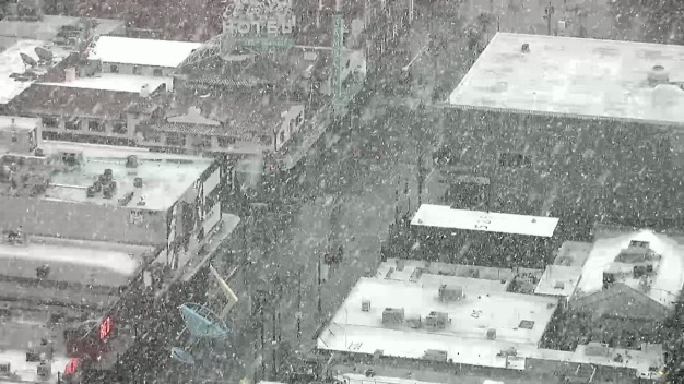 Nieve cae alrededor del valle de Las Vegas