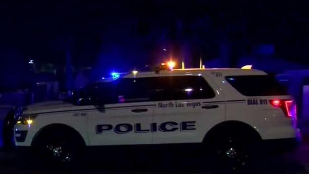 Huyen de la policía en North Las Vegas mientras les disparan